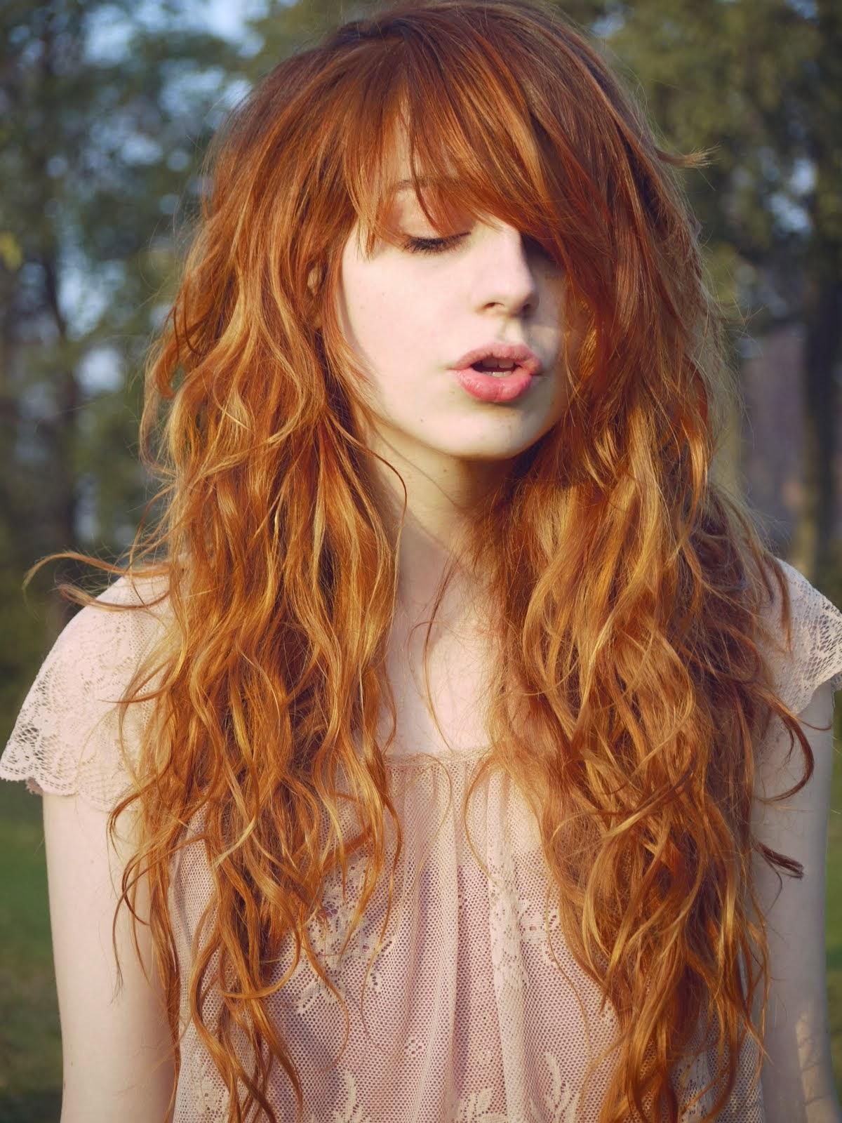beber escolta cabello rojo