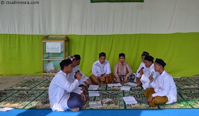 Di saat yang sama, beberapa orang syaikh cilik tetap menghidupkan suasana hari Maulid di Mesjid Po Teu Meureuhom.