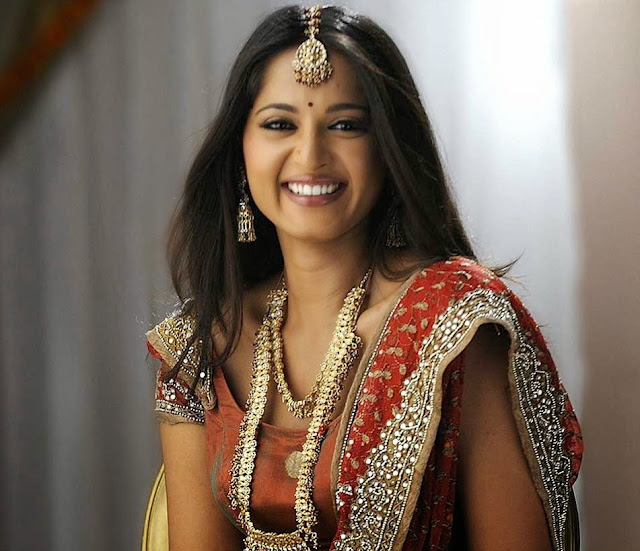 Beautiful And Spicy Actress Anushka Shetty HD Wallpaper