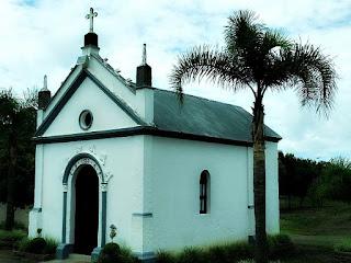 Capitel das Almas, Nova Pádua. Capela com palmeira, à direita.