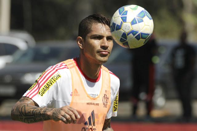Do outro lado, o peruano Paolo Guerrero está de volta ao ataque flamenguista após cumprir suspensão