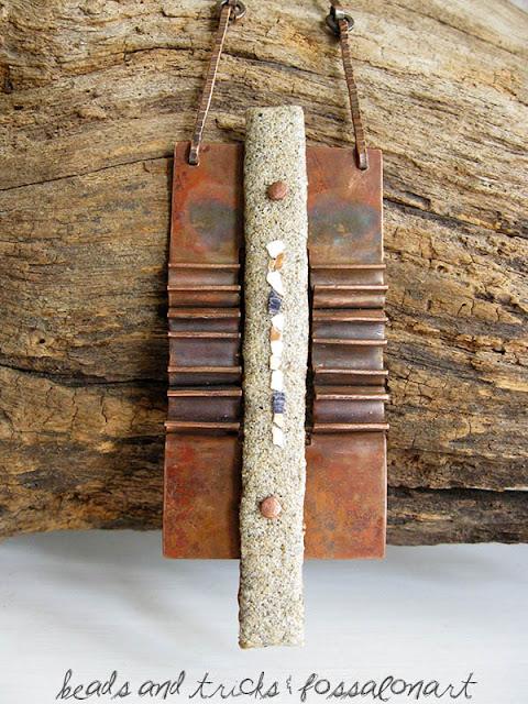 Pendente in rame a foldforming, corda, sabbia e frammenti di conchiglia