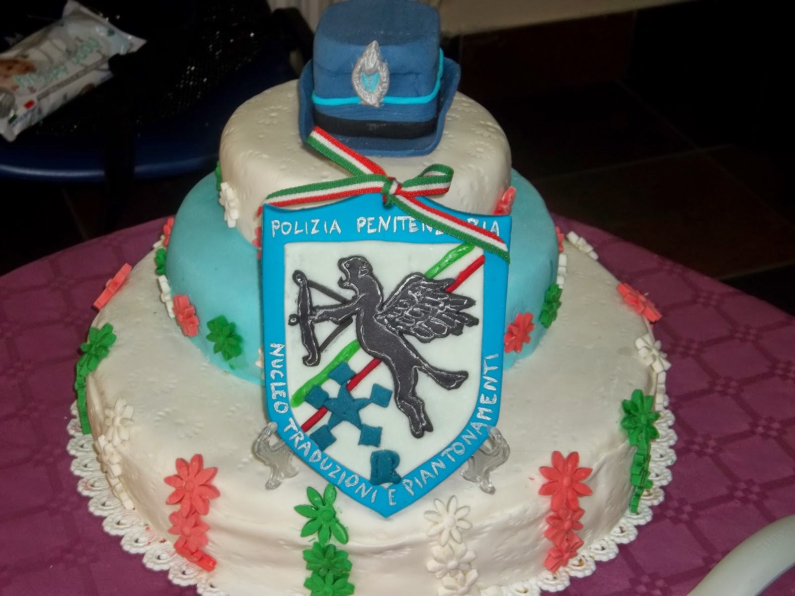 .. torta per pol. pen. con topper cappello per donna e stemma del nucleo traduzioni piantonamenti ..