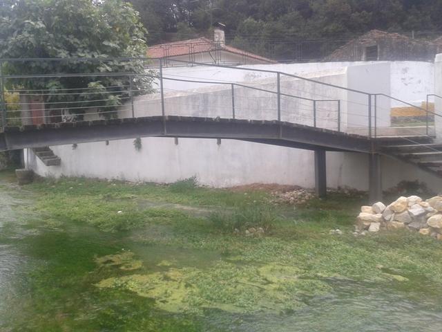 Ponte entre a piscina fluvial e o Bar