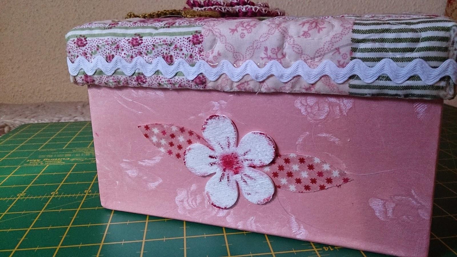 Caja de cart n decorada con tela goma eva y una flor a for Forrar cajas de carton con tela