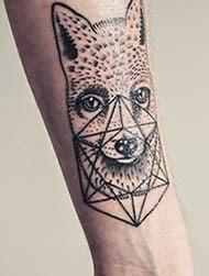 Foto de tatuagens femininas com lobo