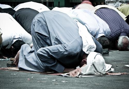 Solat Jumaat, Muslim mengerjakan solat
