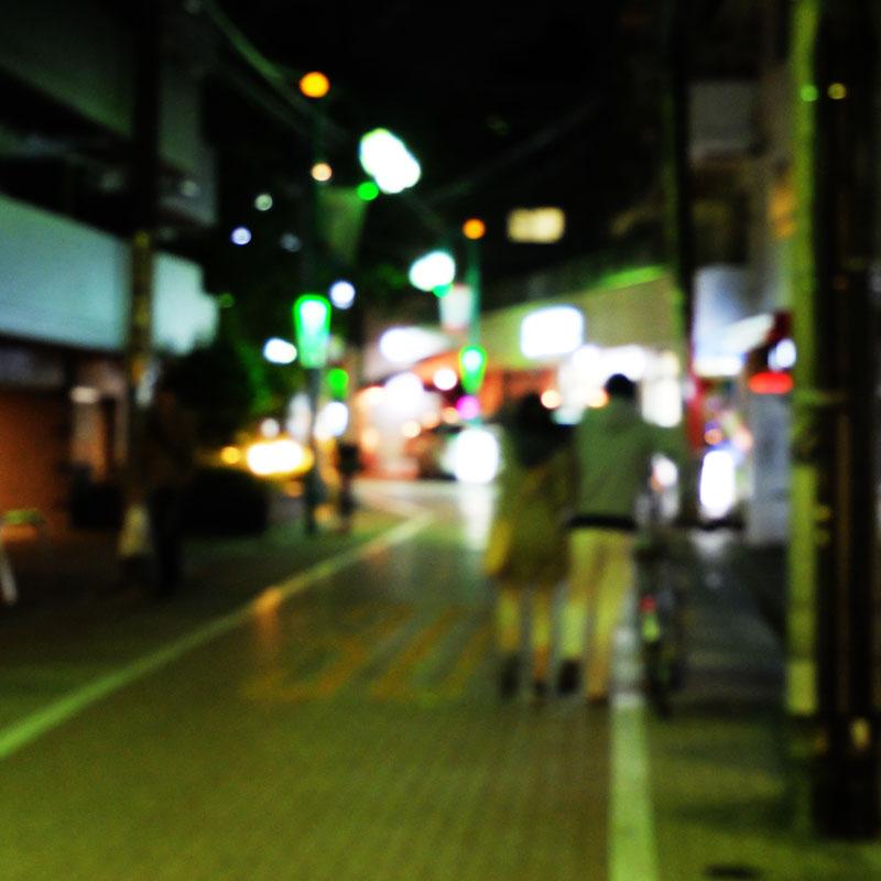 恋人と自転車を押して歩く2人の写真