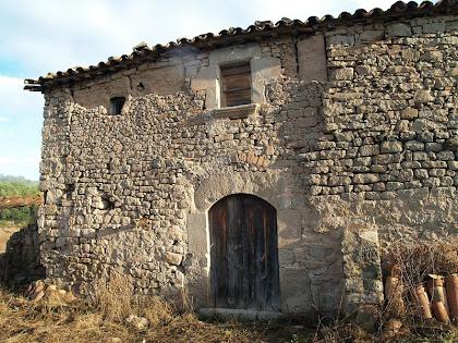 La façana principal, orientada a migdia, de Ca l'Oliva