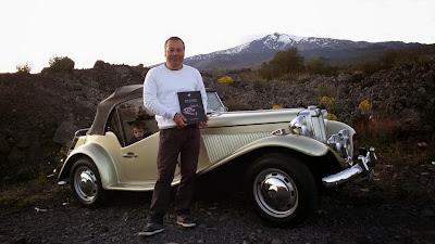 Domenico Rapisarda possui um MP Lafer 1980 em Catania, na Sicília. Ele fez um passeio até o sopé do Vulcão Etna, levando consigo um livro especial.