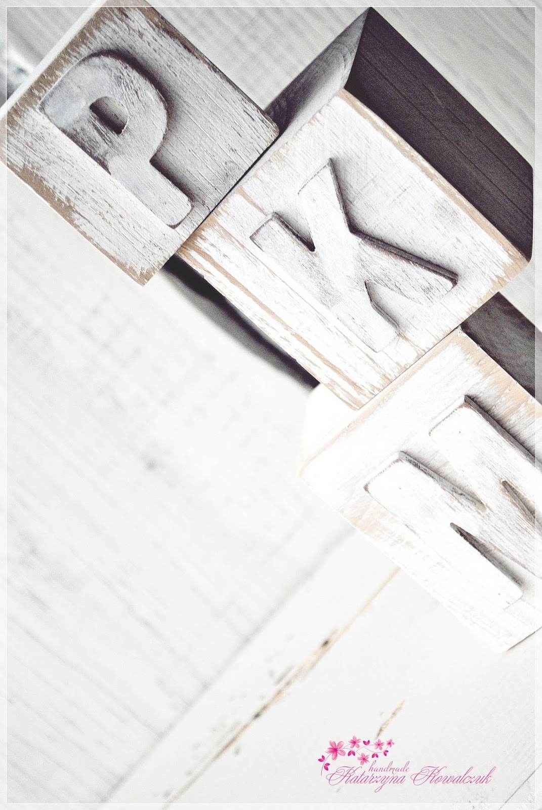 drewniane klocki z kiterami shabby chic