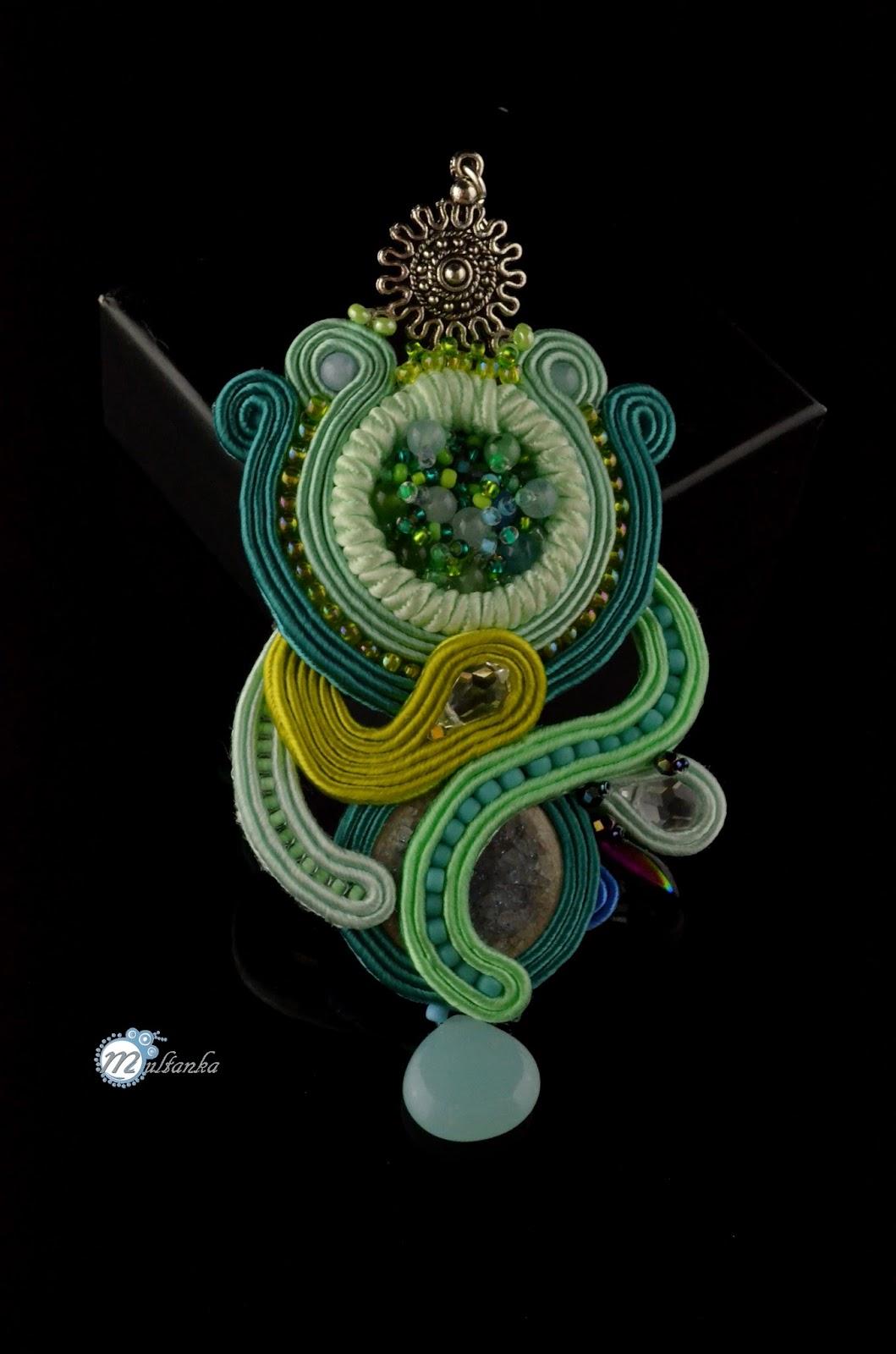 Miętowy wisor wykonany w technice haftu soutache. Wykonanie - multanka