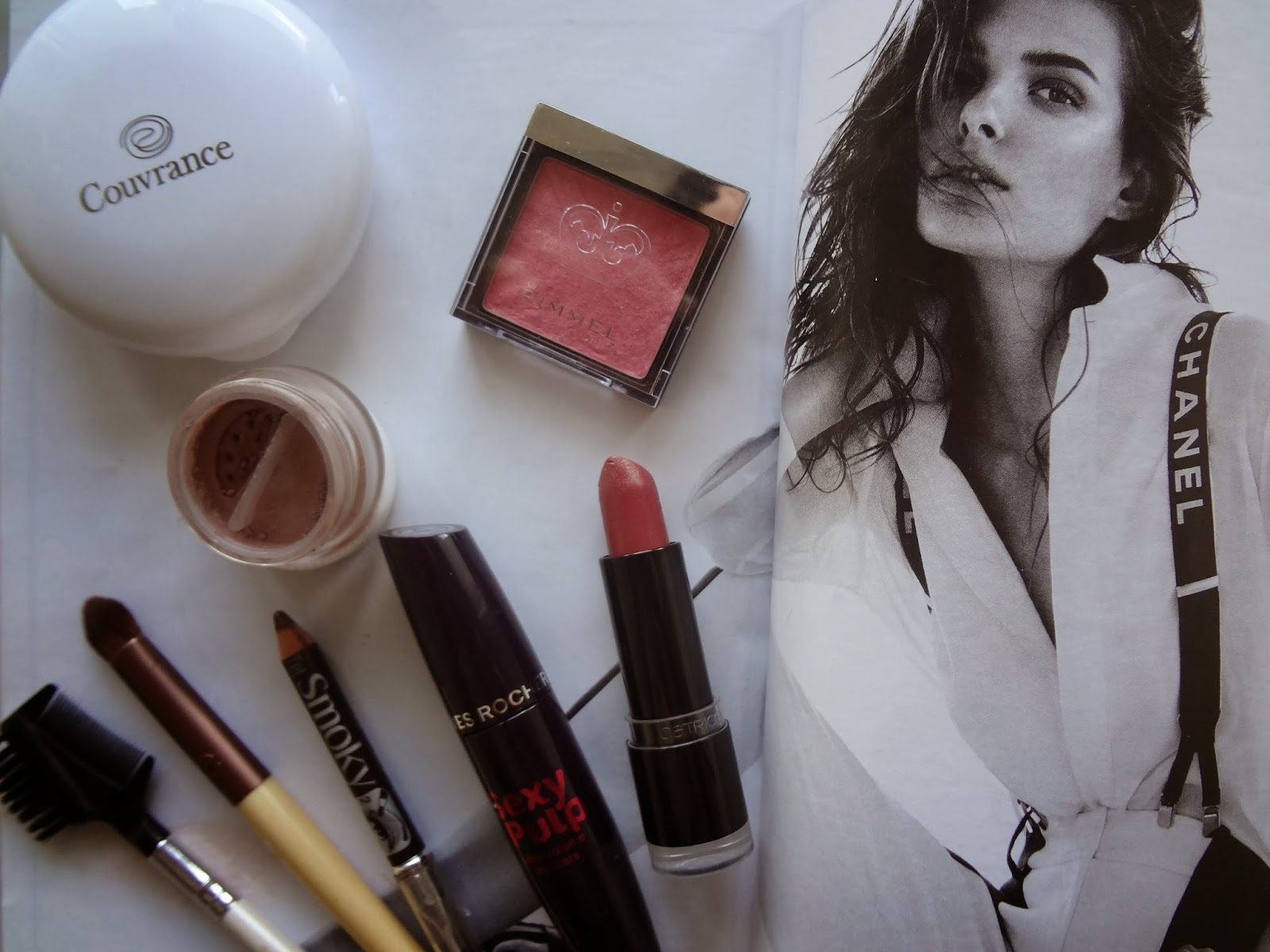 make-up-maquillage-easy-facile-simple-budget-drugstore-pas-cher-avene-couvrance-compact-oil-free-naturel-lily-lolo-mineral-eyeshadow-smoked-brown-bourjois-smoky-brown-blush-rimmel-live-pink-rouge-levres-catrice-lipstick-ultimate-colour-ginger-fred-mascara-sexy-pulp-yves-rocher-pinceau-eco-tools-brush-review-revue