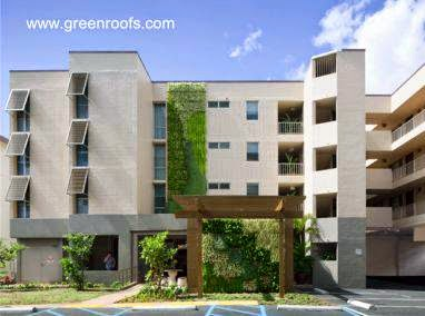 Jardines horizontales y verticales en un edificio residencial de baja altura