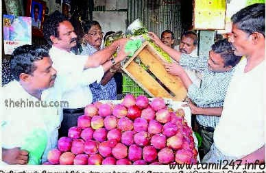Madurai fruit shop weight cheating case, 400gms per kilo fruits weight fraud, officials ceased unstamped weighing machines, tamil news, awareness news, consumer helpline numbers