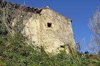 Vista de la façana de llevant del mas i torre del Molí de Llobateres