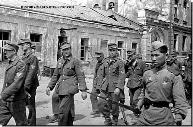 Dejected German prisoners in Vitebsk. 1944