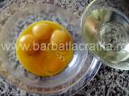 Prajitura cu vanilie preparare reteta blat - turnam uleiul peste galbenusuri