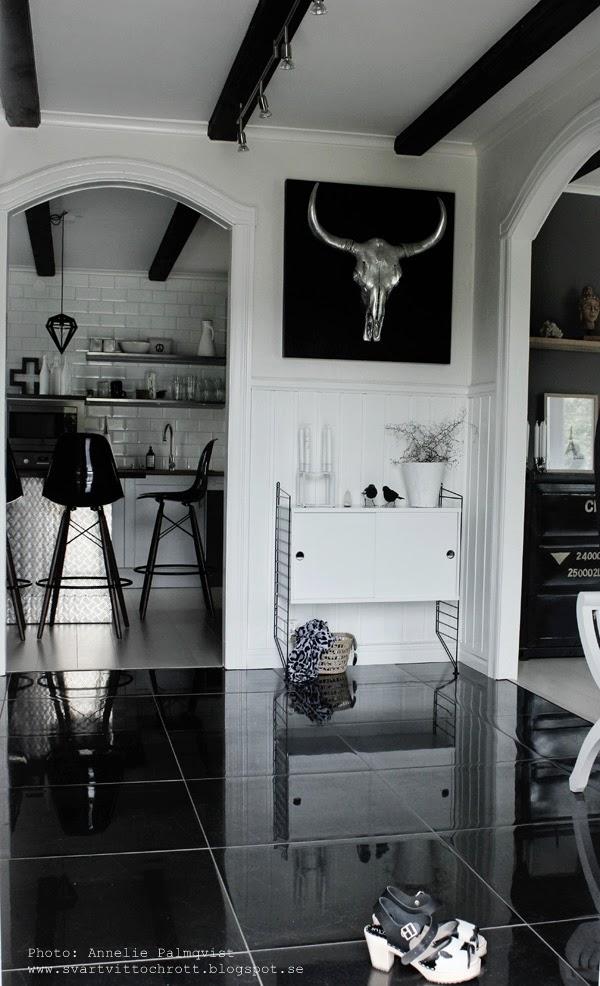 träskor, träsko med koskinn, komönster, hall, hallen, stringbyrå, stringhylla, vit byrå, hallmöbler, hallmöblerna, kök, spökträd, inredning, hallgolv, svart golv, svarta kakelplattor, svart klinkers i hallen på golvet,
