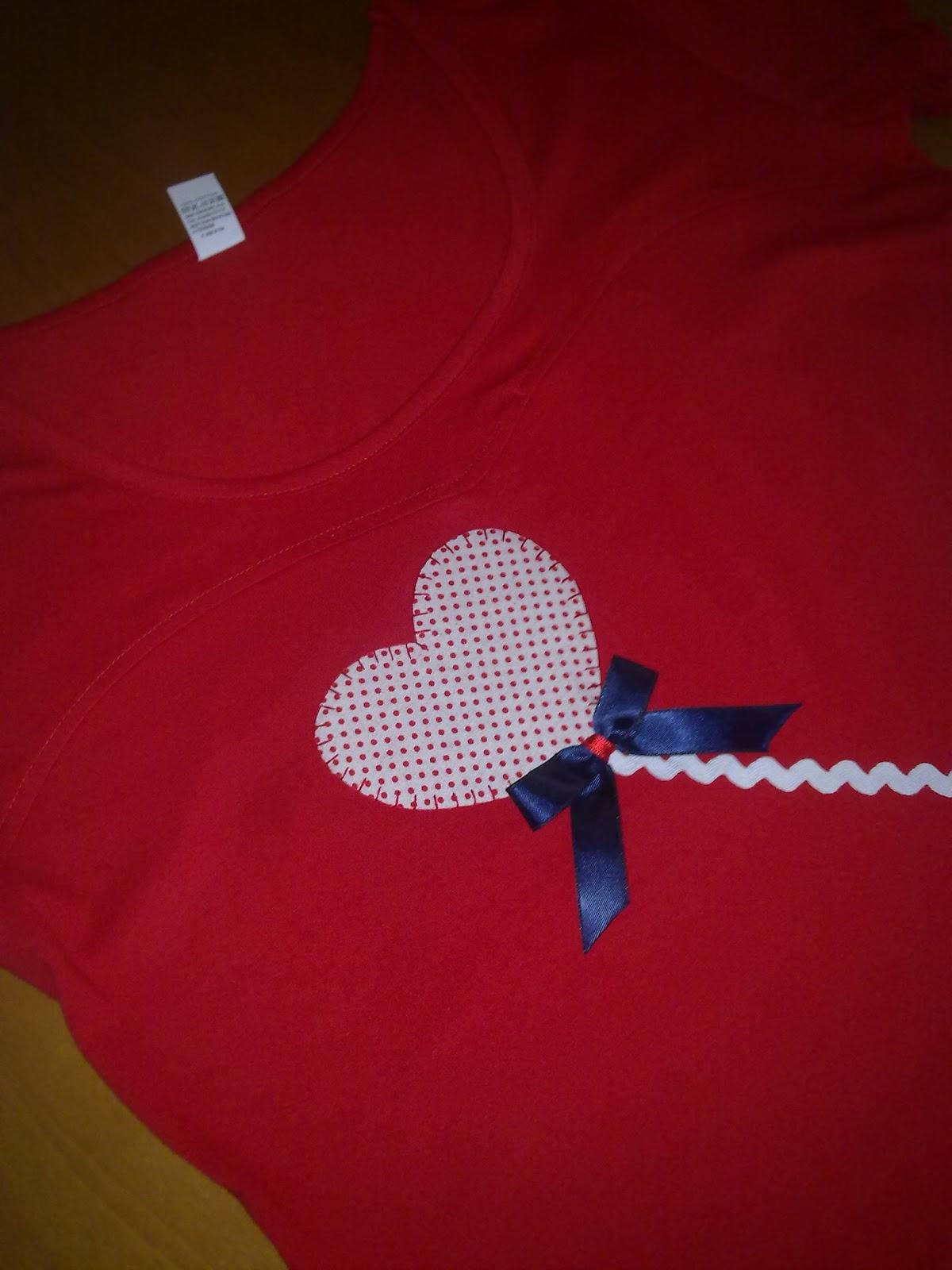 Camiseta hecha a mano con detalle de globo en forma de corazón