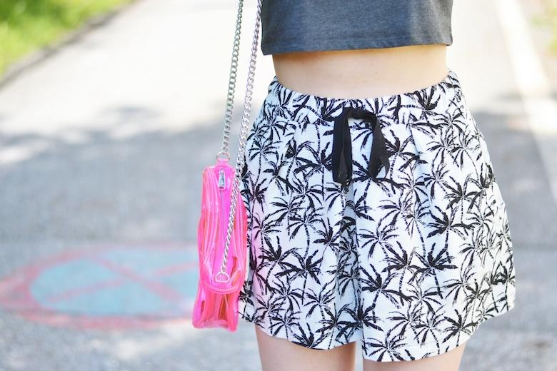 Outfit_Palmen_Shorts_weite_kurze_Hose_graues_Crop-Top_pinke_transparente_Tasche_durchsichtige_Clutch_ViktoriaSarina
