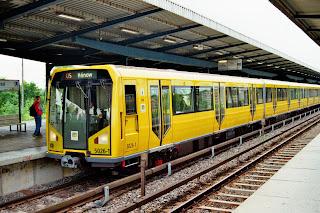 Bahnhöfe + U-Bahn + barrierefrei: Neuer Aufzug auf dem U-Bahnhof Ullsteinstraße,U6