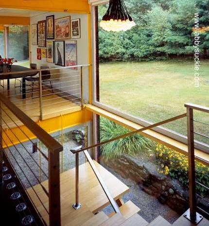 Interior de casa Mid Century renovada en Estados Unidos escalera