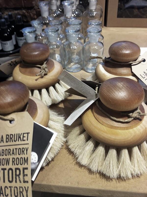 L:A Bruket varberg, lilla bruket, inredning, duschprylar, tvål, handgjorda produkter, stor badborste, snygga detaljer till badrummet,