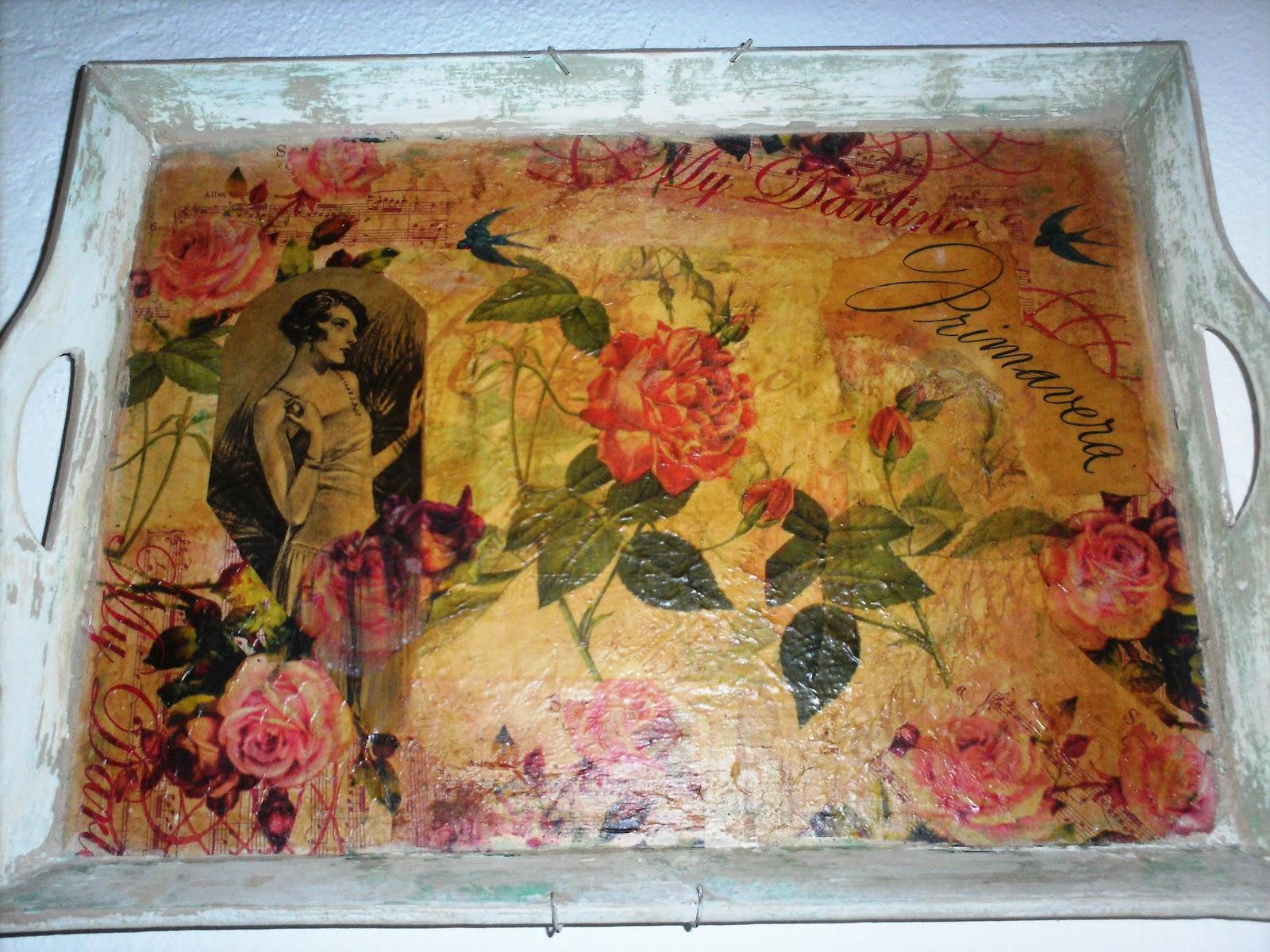 Una bandeja de madera puede ser decorada de diversas maneras, una de