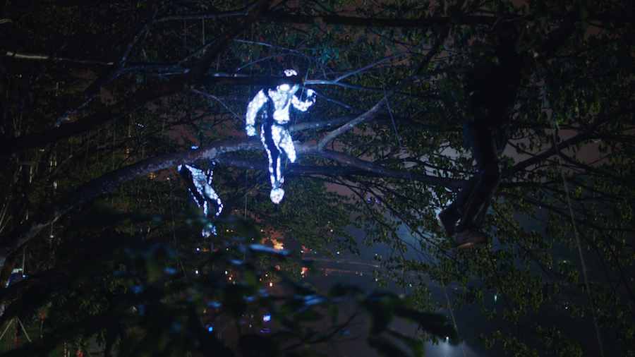 【動画】光をまとった人が街を駆け巡るレクサスの新CM「ストロボ」