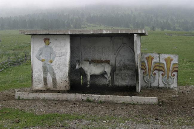 parada de autobus con estatua y mural