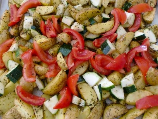 Kartoffeln legen und das backblech nochmal 20 min bei 200 in den ofen