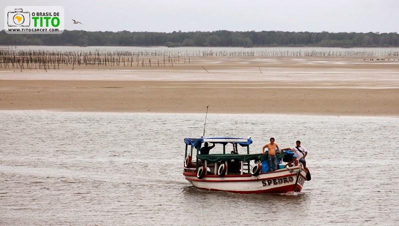 Pô-pô-pô navega através da  baía de Marapanim, entre Marudá e Algodoal, no Pará