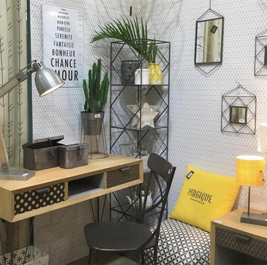 aparador de madeira, Jardin d'Ulysse, luminaria, almofada amarela