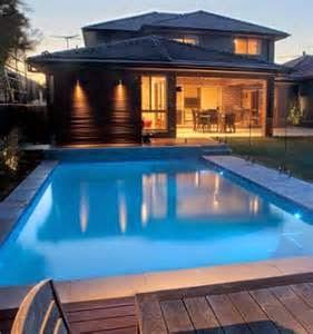 Untuk rumah bergaya minimalis, sangat memungkinkan apabila anda ingin membangun kolam renang di bagian belakang atau di bagian sampingnya karena saat ini sudah banyak desain kolam renang mungil yang bisa dibangun di atas lahan sisa hunian yang tidak seberapa luas.