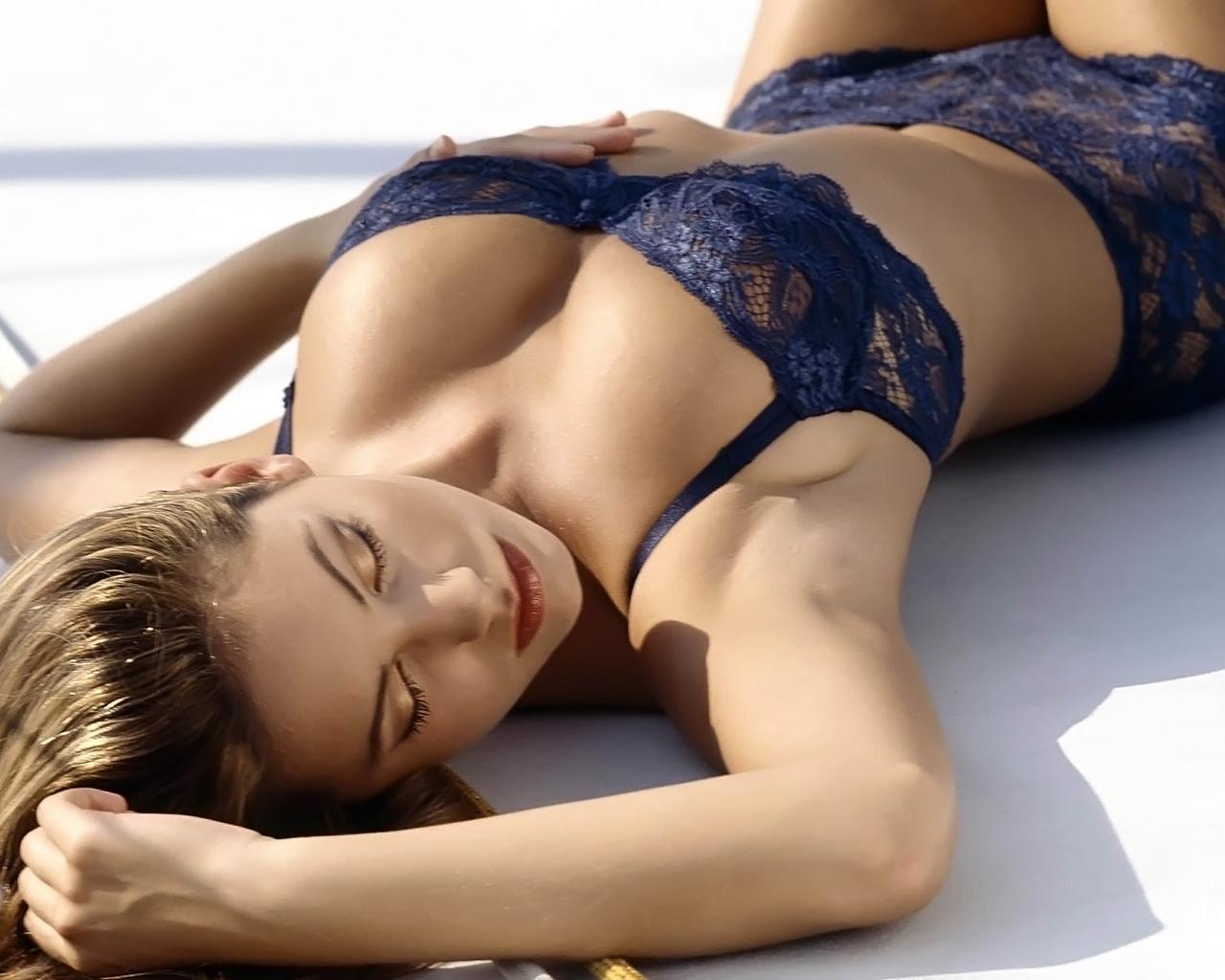 http://2.bp.blogspot.com/-n58l8YipGDY/TbpfRa75IjI/AAAAAAAAATI/lgU6lF-AzqE/s1600/Kelly-Brook.jpg