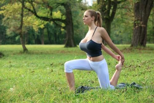 Tập yoga cùng siêu mẫu ngực bự lộ núm 5