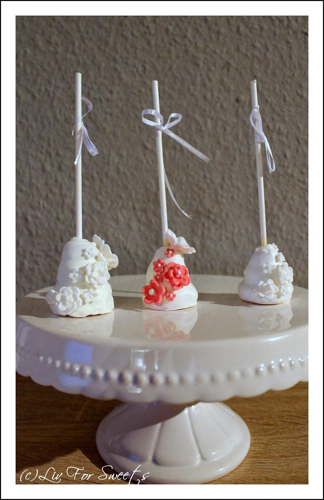 Cake-Pops als mehrstöckige Hochzeitstorte mit Fondant-Blumen