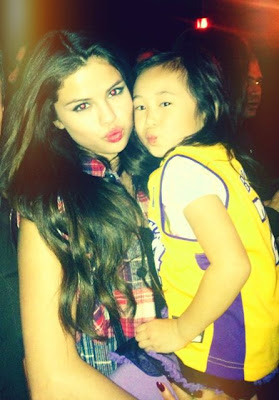 selena with her small fan