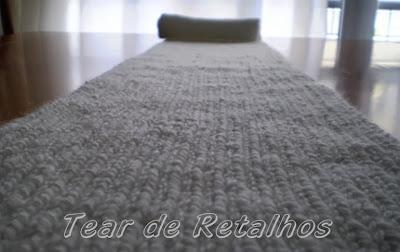 Cachecol branco de tricô manual estendido sobre a mesa