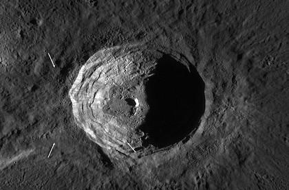 kawah di bulan