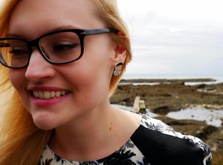 hawaii, Scotland, Arbroath, palm trees, ukelele, beach, fashion shoot, incredible backdrop, photoshoot, holiday, jewellery, nerd glasses