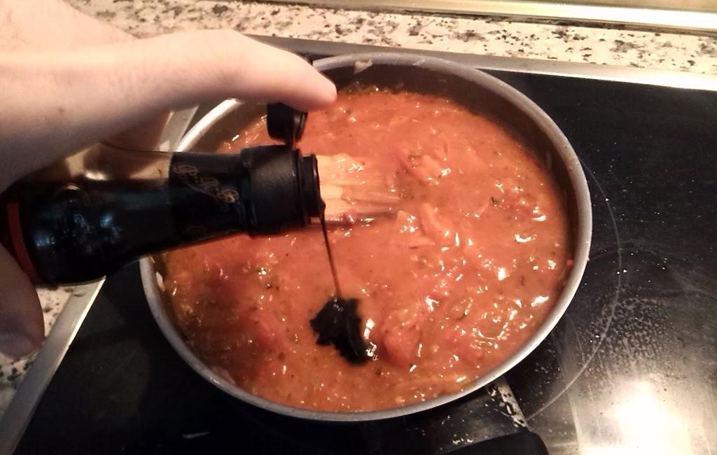 añadiendo un pelín de salsa de soja