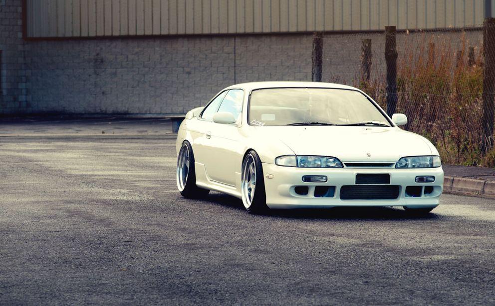Nissan 200SX S14, kultowy, driftowóz, sportowy japoński samochód, coupe, na tor wyścigowy, napęd na tył, SR20DET, dla młodego, tuning, modyfikacje, fotki, JDM, Silvia, biały, przód, white, front