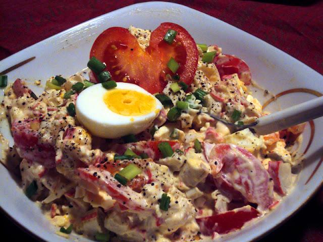 Sałatka z paluszków surimi z pomidorem i jajkiem