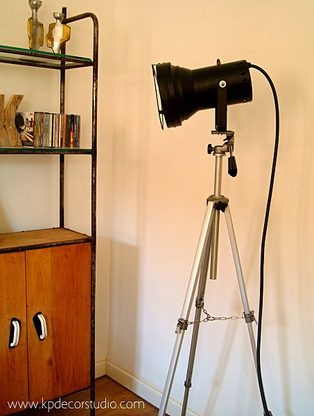 Tienda online de lámparas de pie estilo industrial. Focos sobre trípodes de fotografía antiguos