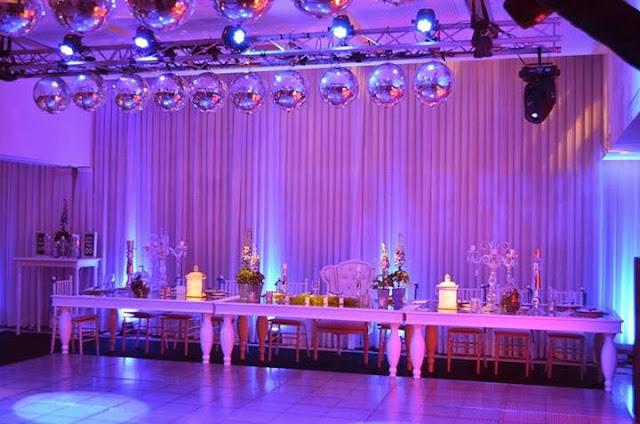 Fiesta de 15 a os glamorosa en color blanco y plata for Decoracion de sillas para 15