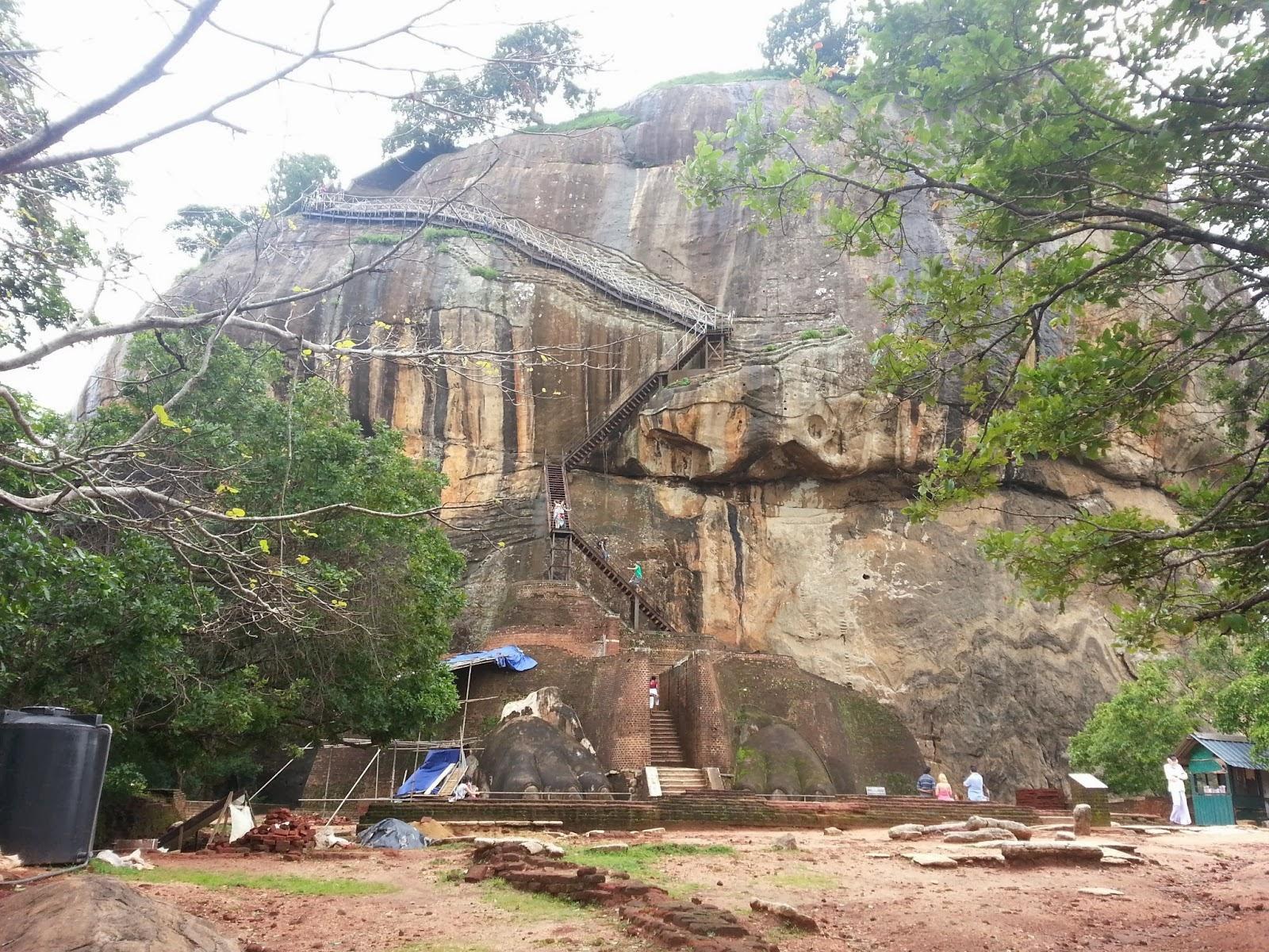 Львиные врата Сигирия, подъем на вершину скалы между огромных лап, металлическая лестница, крупный план