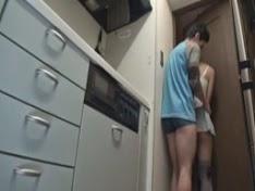 Em gái dễ thương loạn luân với anh trai trong bếp
