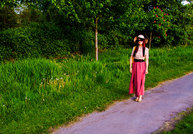 Vintage crop top with dusty rose, maxi skirt with high slits, brown woven belt from Urban Outfitter, free people hattattack hat, tobi prada like sunglasses, gucci yellow charmy purse, vintage style, thrift style, colour blocking, color blocking, monochromatic style, fashion, street style, green grass fields
